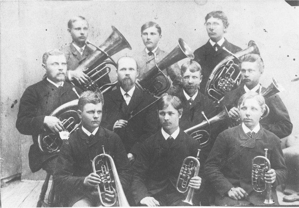 Joensuun VPK:n soittokunta v. 1888. Heikki Tirronen istuu edessä oikealla.