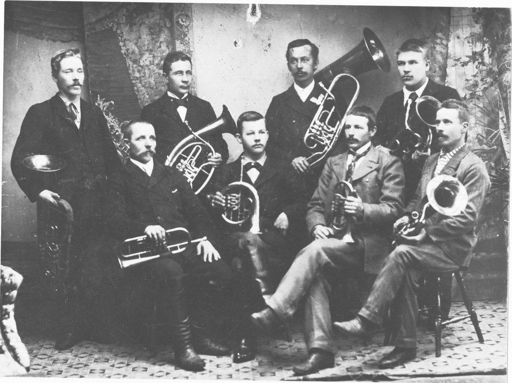Tunnistamaton soittokunta 1900-luvun alkupuolelta.